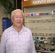 4丁目「真誠堂メガネ店」 福岡 和夫さん
